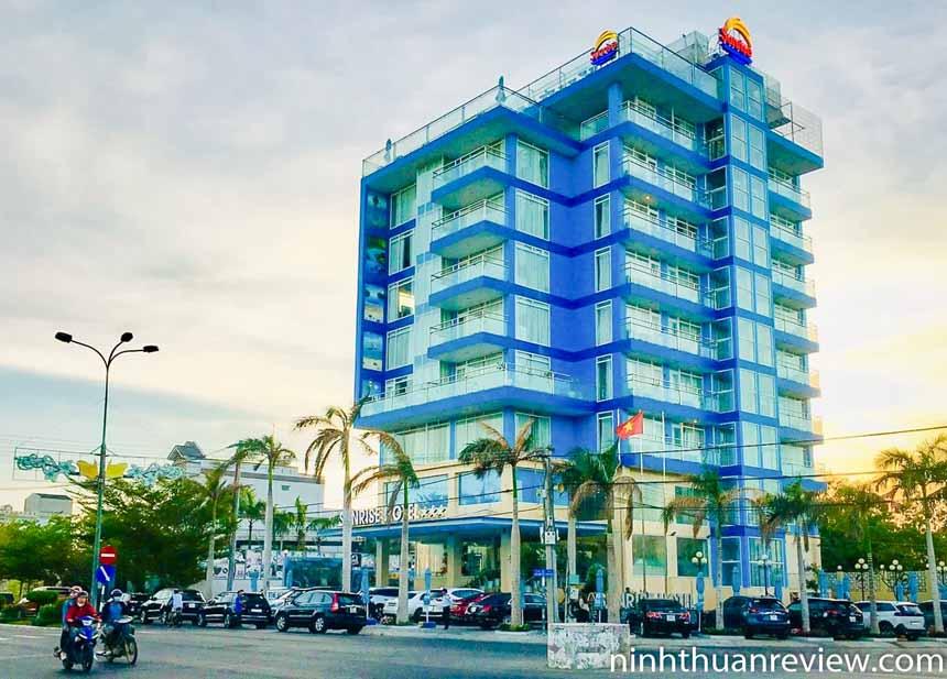 Khách sạn Sunrise 3 sao gần biển Ninh Chữ